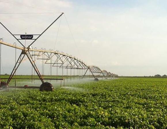 Benefician con máquinas de riego a Empresa Agropecuaria y Citrícola Sola