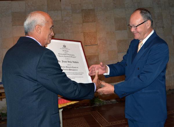 Otorga Universidad de Camagüey Honoris Causa a su primer rector Juan Vela