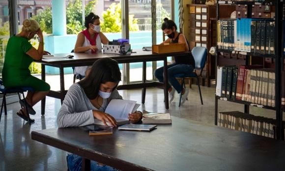 Díaz- Canel congratulates Cuban librarians in their day