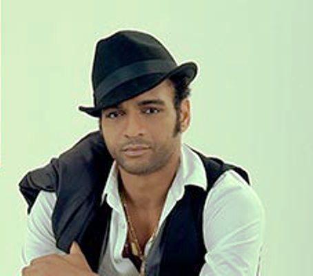 Le chanteur Descemer Bueno en tournée à Cuba