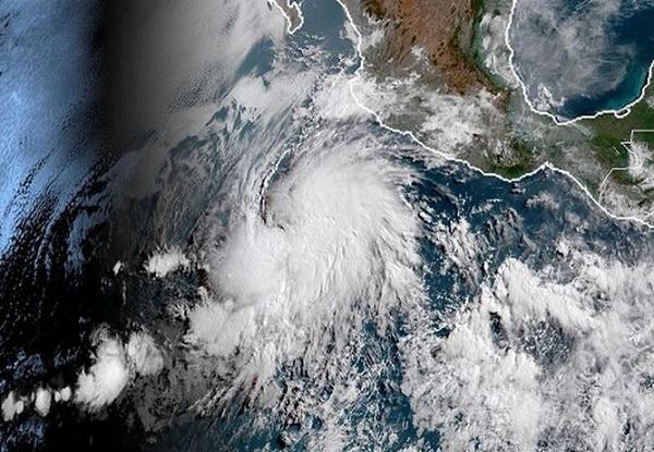 Huracán Aletta se aleja de costas del Pacífico mexicano