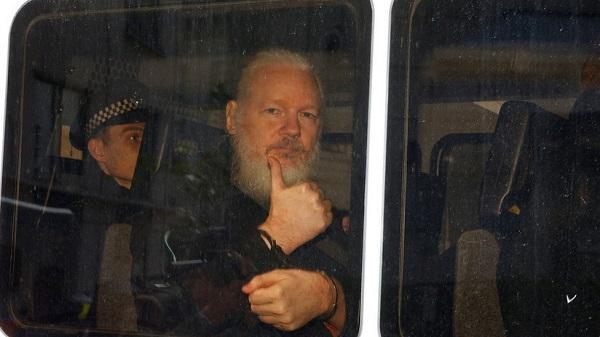 Condenarán a Assange por violar libertad bajo fianza; EE.UU. pide su extradición