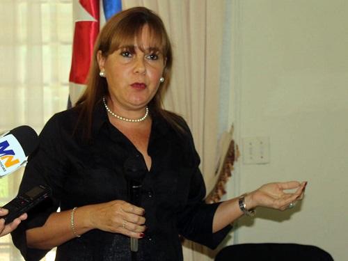 El Salvador condecora a embajadora cubana por fortalecer lazos