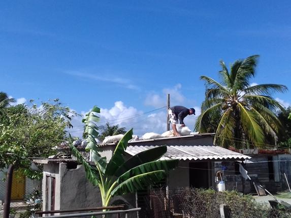 En Santa Rita, muy cerca del mar en Nuevitas,  los vecinos aseguran sus techos