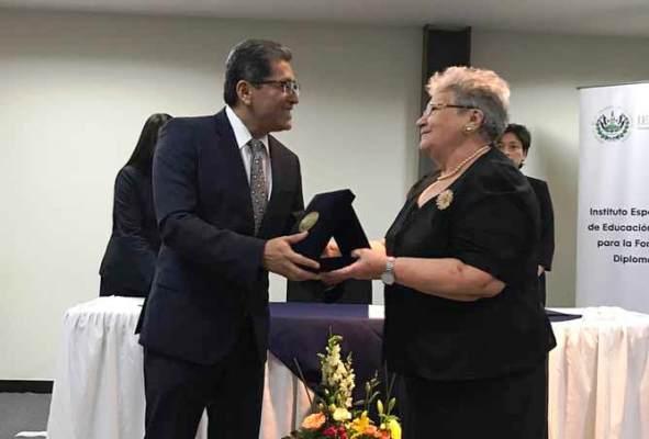Reconoce El Salvador tradición del servicio exterior cubano