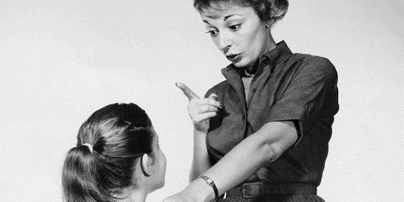 Estudio demuestra relación entre madres estrictas e hijas exitosas
