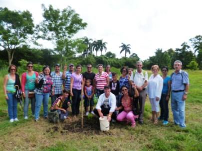 Trabajadores del sector tributario dedican árbol a Fidel