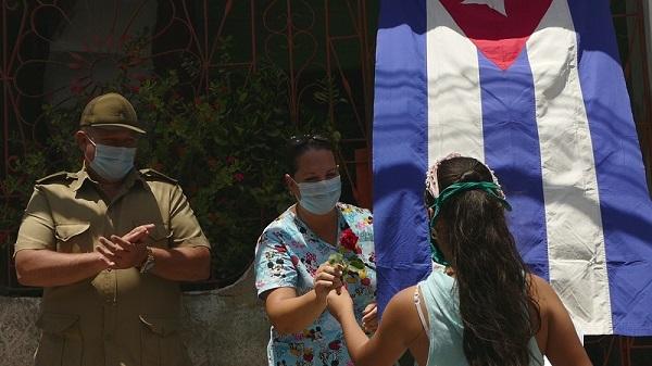 Reciben en casa a médicos camagüeyanos luego de combatir la Covid-19 y mantener aislamiento