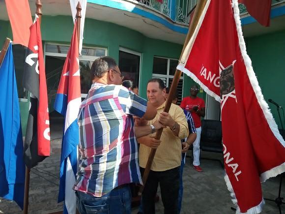 Camagüeyanos de la esfera metalúrgica recibieron bandera Colectivo Vanguardia Nacional
