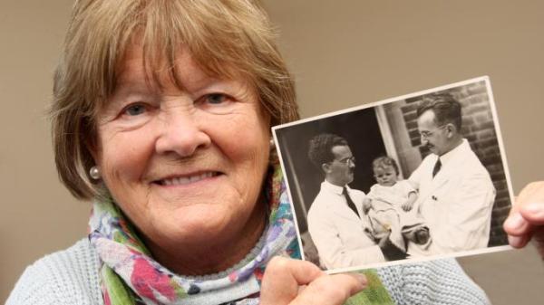 Anciana británica descubre su origen 80 años después de haber sido abandonada