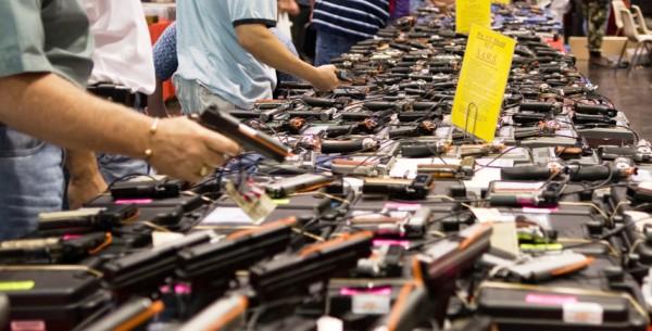 Promete Trump mayor control sobre compradores de armas en EE.UU.