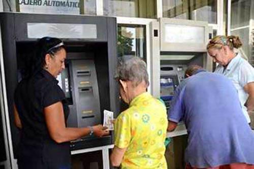 Benefician en Camagüey a jubilados con tarjetas magnéticas para cobrar pensiones
