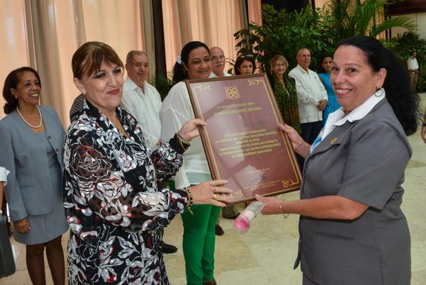 Reconocen a trabajadores cubanos del sector bancario