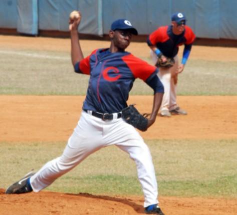 Camagüey y Santiago de Cuba dividen honores y mandan en Béisbol sub 23