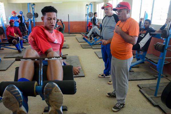 Cubanos entrenan de cara al Mundial Juvenil de Béisbol