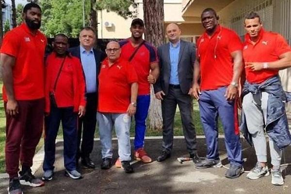 Intercambian dirigentes deportivos de Serbia con luchadores de Cuba