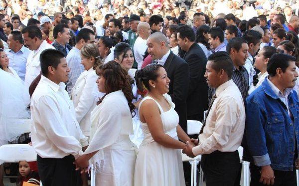 Récord de bodas colectivas en el Zócalo mexicano