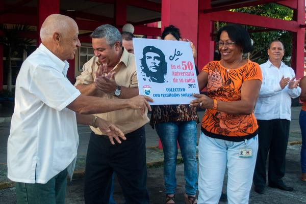Ministerio de Industrias en Cuba recibe distinción Che nuestro