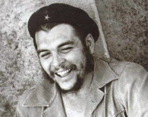 Réplica de boina del Che Guevara honra en Cuba a colectivos destacados