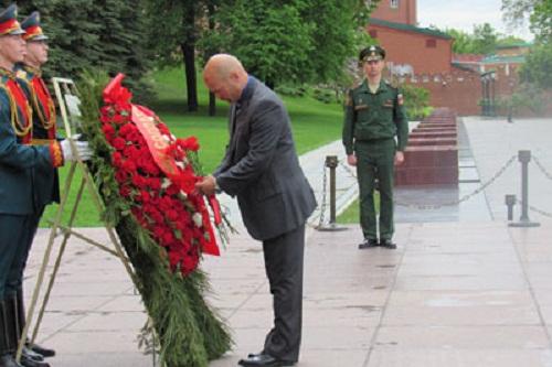 Los Cinco rinden tributo a caídos en Gran Guerra Patria