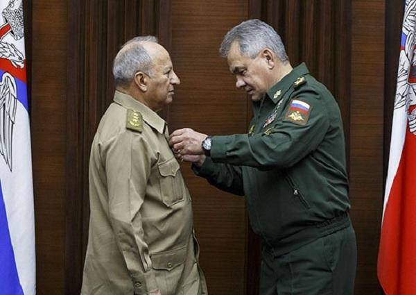Rusia condecora a Ministro cubano de las FAR con Orden de la Amistad