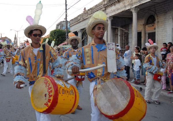 Reconocen trayectoria de conga camagüeyana Los Comandos