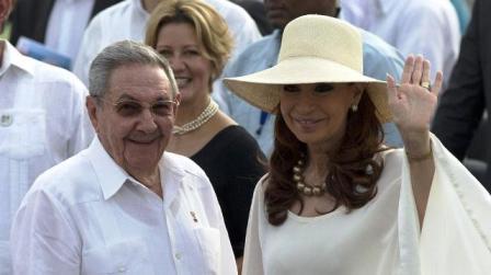 Cristina Fernández y Raúl Castro juntos en histórica misa del Papa