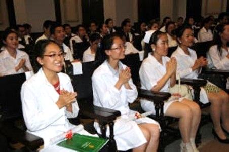 Jóvenes chinos concluyen estudios de Medicina en Cuba
