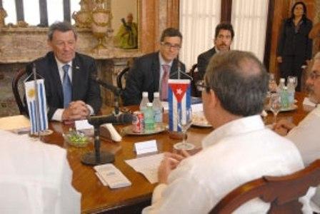Cancilleres de Cuba y Uruguay favorecen cooperación bilateral