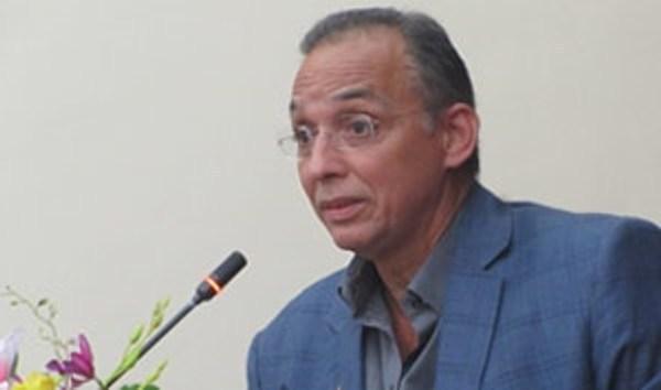 Antiterrorista cubano firma libro de condolencia por ataques en Francia