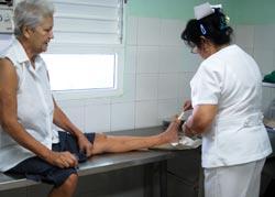Enfermera curando a una paciente diabética