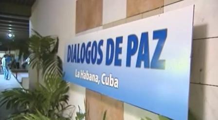 Retoman diálogo de paz bajo auge de paramilitarismo en Colombia