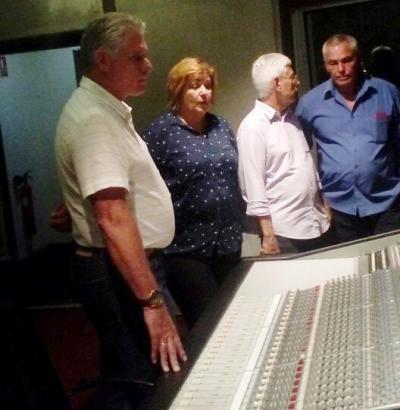 Presidente cubano visita estudios de grabaciones Abdala