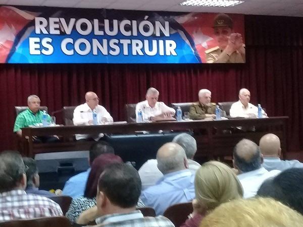 Participa Presidente cubano en balance anual de Ministerio de la Construcción