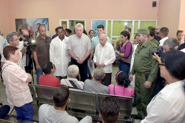 Díaz-Canel y Machado Ventura visitan a familiares de víctimas del accidente aéreo