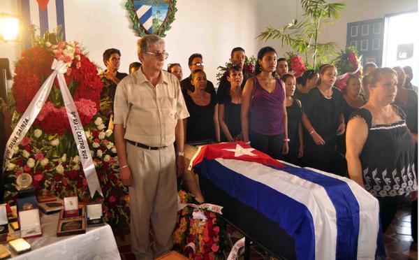Ofrenda floral de Raúl Castro en honor del músico santiaguero Electo Silva
