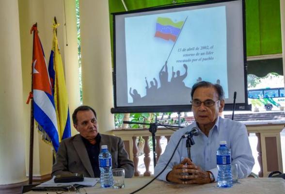 El  embajador de Venezuela en Cuba (d) y Rafael Hidalgo, diplomático cubano en Venezuela, en el 2002.