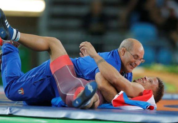 El entrenador del joven campeón olímpico no pudo contener la emoción.