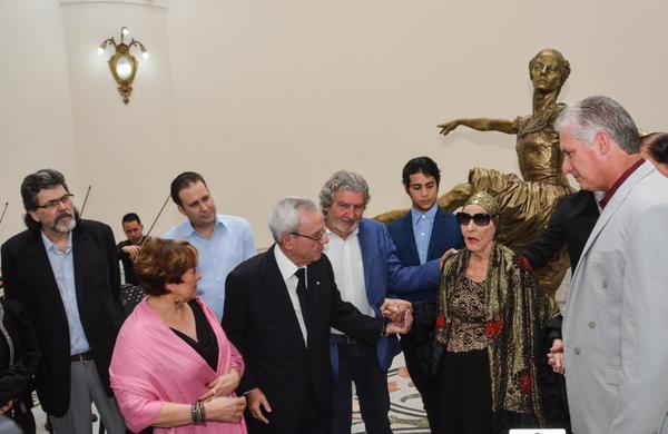 Escultura de Alicia Alonso distingue al Gran Teatro de La Habana