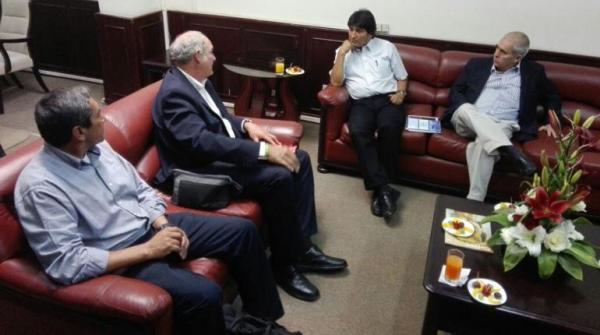 Dialogan Evo Morales y bicampeón olímpico cubano Alberto Juantorena