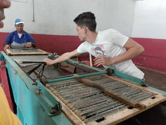 Fábrica camagüeyana logra 19 millones de cajas de fósforos pese a inestabilidad de materias primas
