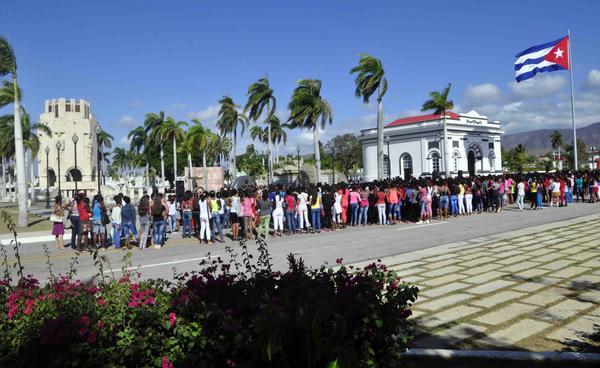 Protagonizan santiagueras homenaje a Fidel Castro y José Martí