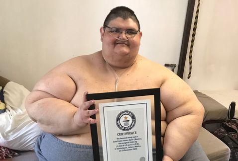 Hombre más obeso del mundo sale de la cama después de años