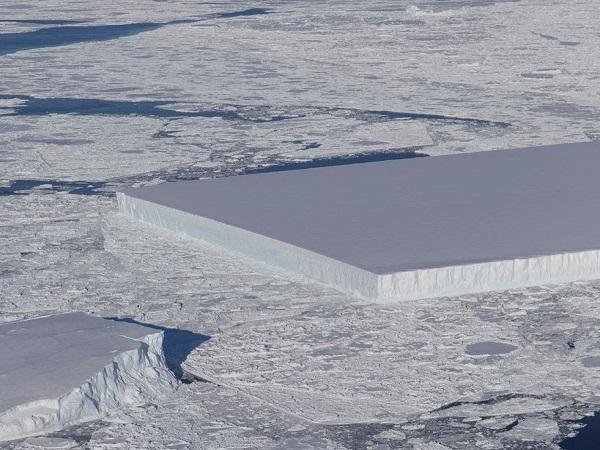 Perfectly rectangular iceberg is found