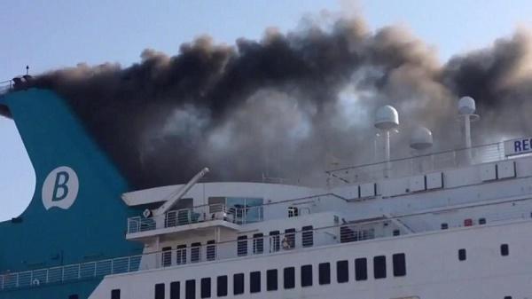Se incendia ferri en Grecia con cerca de 600 personas a bordo