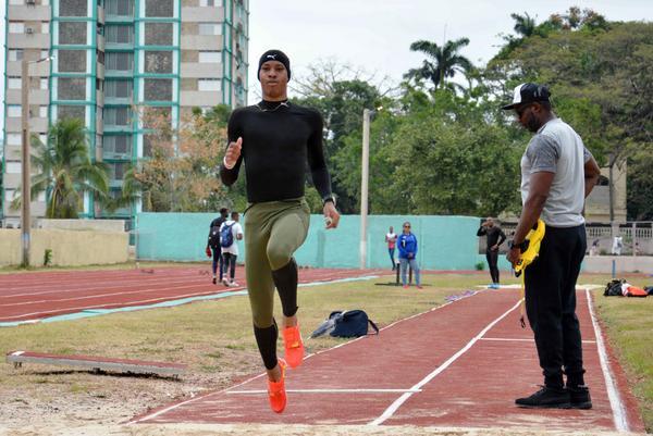 Saltador Juan Miguel Echevarría entrena en su natal Camagüey para Barranquilla 2018