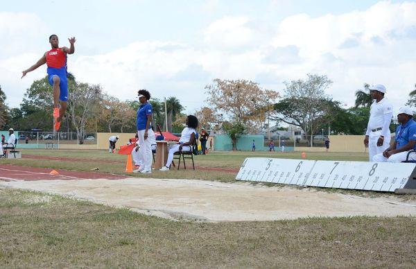 Saltador Echevarría logra mejor marca de la temporada al aire libre
