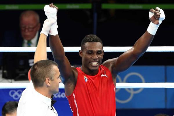 Camagüeyano Julio César La Cruz vence en lid preparatoria ante boxeadores rusos