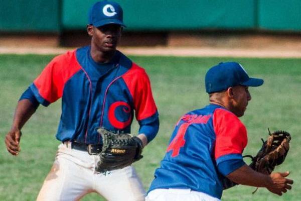 Juveniles cubanos parten hacia Panamá para Campeonato Panamericano de Béisbol