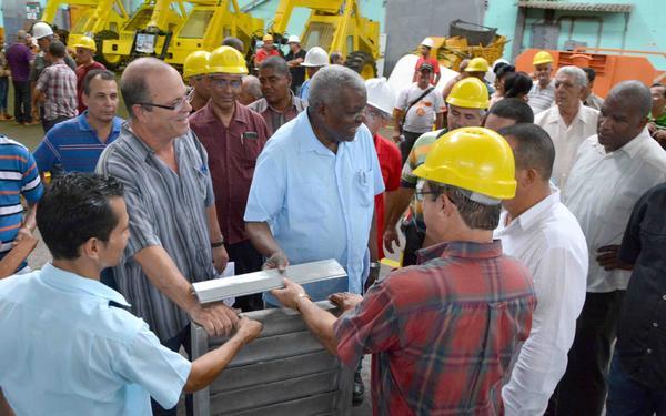 Presidente del Parlamento cubano visita fábrica de combinadas cañeras
